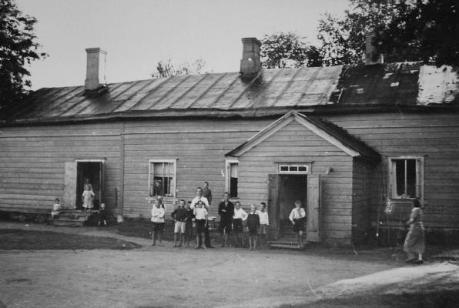 Lapsia Prijuutin pihalla 1930-luvulla. Kuva Tuusulan museo